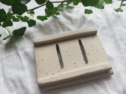 forest fragrances - accessoires - zeepschaaltje - keramiek - rechthoek - creme - spikkels - mat - onderkant