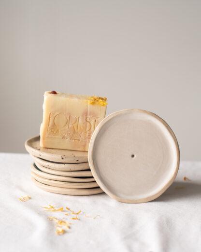 forest fragrances - accessoires - zeepschaaltje - keramiek - rond - wit - goudsbloem